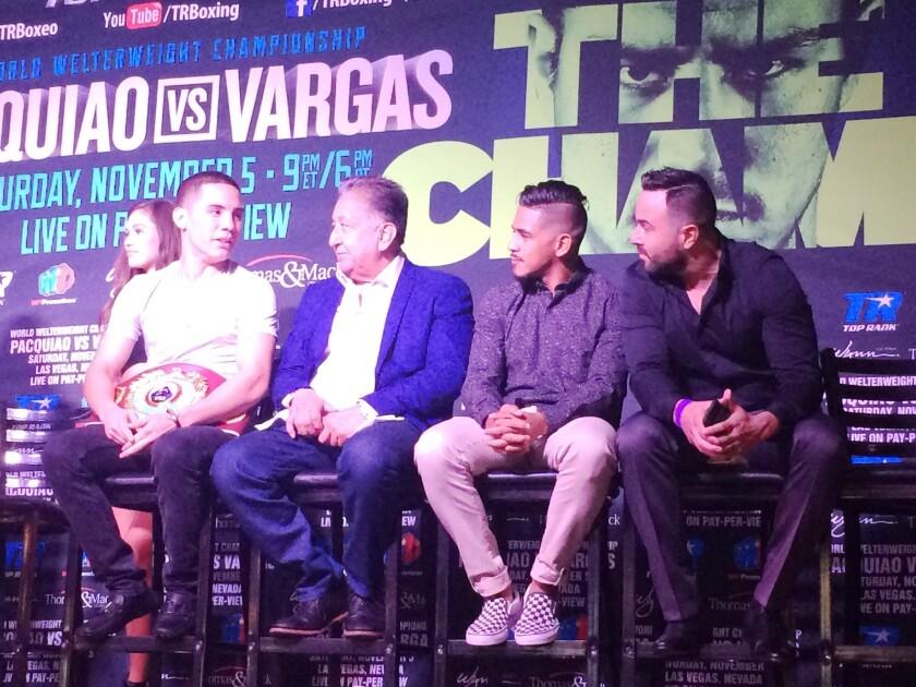 Óscar Valdez junto a su mánager Frank Espinoza y el peleador Jessie Magdaleno.