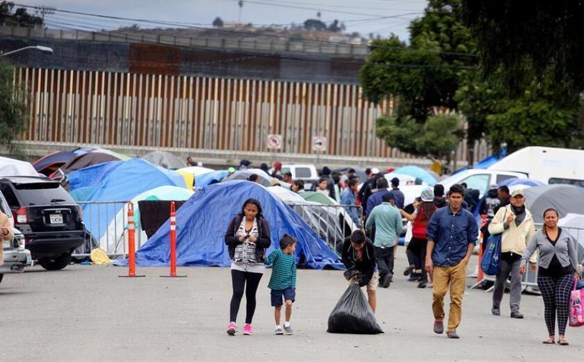 Cientos de integrantes de la caravana migrante de centroamericanos permanecen en las afueras del albergue Benito Juárez en la ciudad de Tijuana (México). EFE