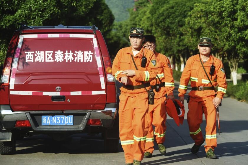Trabajadores durante una operación para localizar a un leopardo fugado en Hangzhou