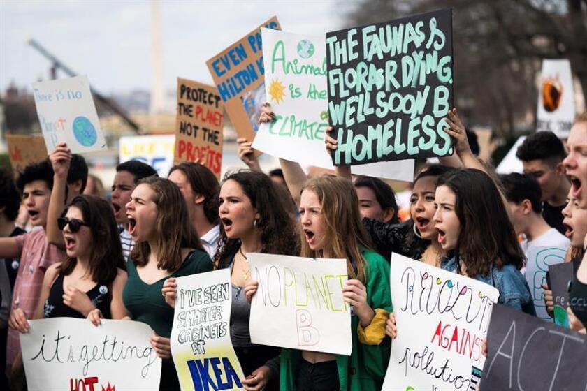 """Jóvenes participan en la huelga escolar convocada por el movimiento """"Jóvenes por el Clima"""" en todo el mundo para exigir a los políticos que adopten medidas en la lucha contra el cambio climático, este viernes en Washington (Estados Unidos). EFE"""