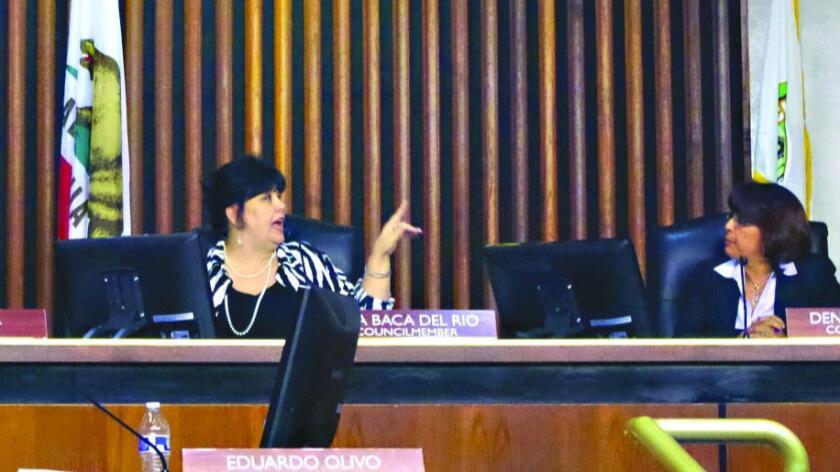 La concejal de Commerce Tina Baca Del Rio (izq.) ha acordado tentativamente pagar una multa de $55,000 por múltiples violaciones a la ley estatal de ética política (La Mirada Lamplighter).