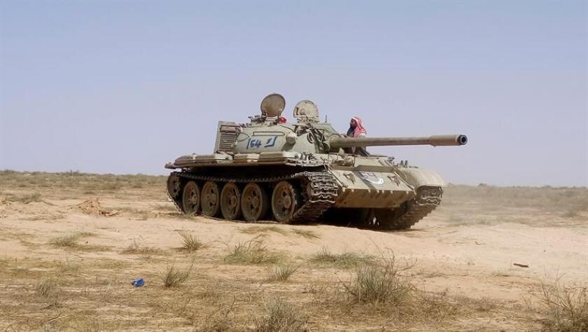 Fuerzas de la Alianza de milicias libia formada por el gobierno de unidad se prepara para atacar posiciones yihadistas en la periferia del barrio 700 y el barrio de Al Guakaduqu que dan acceso al centro urbano de Sirte, antiguo bastión yihadista en la costa del Mediterráneo. EFE/Archivo