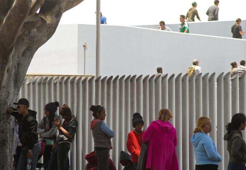 Familias de migrantes continúan en busca de asilo desde la garita de el Chaparral, frontera con EE.UU., en Tijuana (México). EFE/Archivo