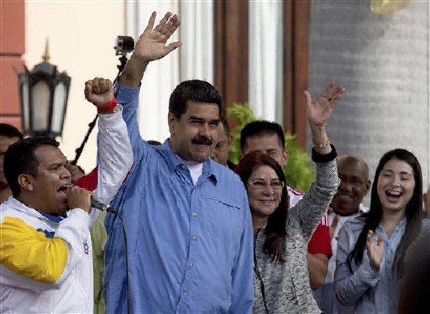 """EEl presidente de Venezuela, Nicolás Maduro, llegó a La Habana para rendir homenaje al """"gran gigante"""" que fue el líder revolucionario Fidel Castro, en cuyo tributo se realizará hoy un gran acto masivo en la emblemática Plaza de la Revolución de la capital caribeña."""