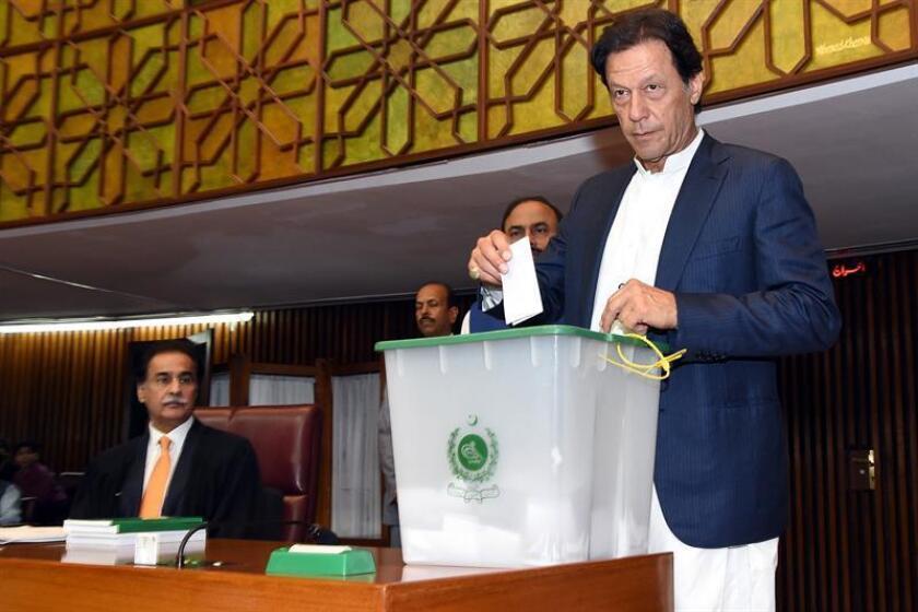 El diputado Imran Khan, del partido Tehrik-e-Insaf,, deposita su voto durante la elección el presidente de la Asamblea Nacional en Islamabad (Pakistán). EFE/ Press Information Department FOTO CEDIDA SOLO USO EDITORIAL PROHIBIDA SU VENTA