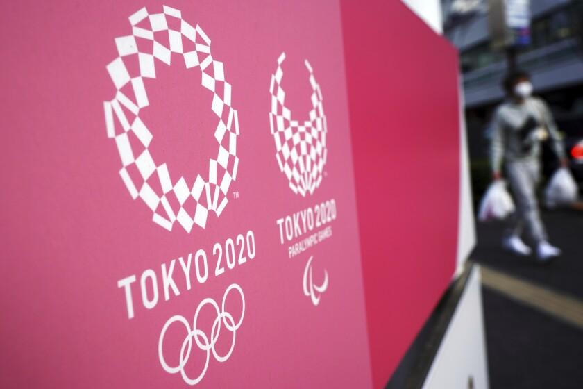 Los logos de los Juegos Olímpicos de Tokio 2020 desplegados en la capital de Japón. (AP Foto/Eugene Hoshiko)
