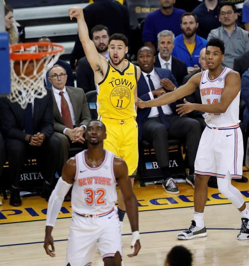 Klay Thompson (c) de los Golden State Warriors observa como encesta hoy, durante el partido de baloncesto de la NBA, entre los New York Knicks y los Golden State Warriors, en el Oracle Arena de Oakland, California (EE.UU.). EFE