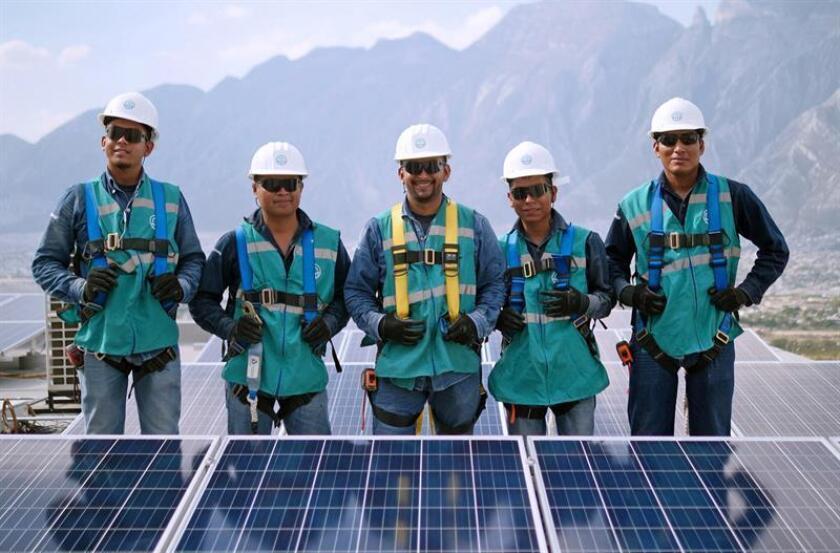 Fotografía cedida por la empresa Galt Energy, fechada el 19 de marzo de 2018, que muestra a trabajadores posando en un complejo de energía solar en México. EFE/Cortesía Galt Energy/SOLO USO EDITORIAL