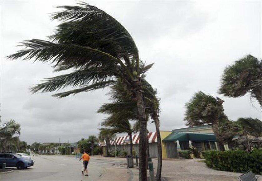 """El """"extremadamente peligroso"""" huracán Matthew se debilitó hoy a categoría 3 cerca de la costa de Florida, a la que se aproxima con vientos máximos de 120 millas por hora, aunque no es seguro que vaya a tocar tierra, informó el Centro Nacional de Huracanes (CNH) de EEUU."""