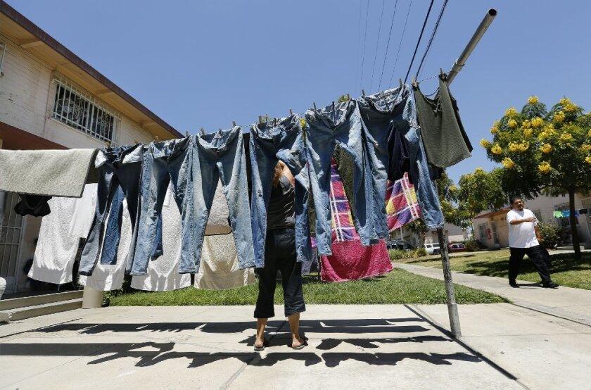 Propuesta que prohíbe asistencia de vivienda para indocumentados devastadora para Los Ángeles y California