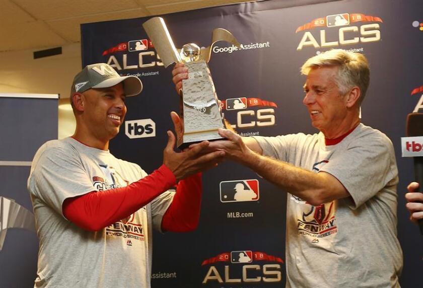 El manager general de los Medias Rojas de Boston, Dave Dombrowski (d), y el gerente Alex Cora (i) celebran con el Trofeo de Campeonato de la Liga Americana durante una ceremonia, luego de un juego de la MLB, entre los Astros de Houston y los Medias Rojas de Boston, en el Minute Maid Park de Houston (EE.UU.). EFE