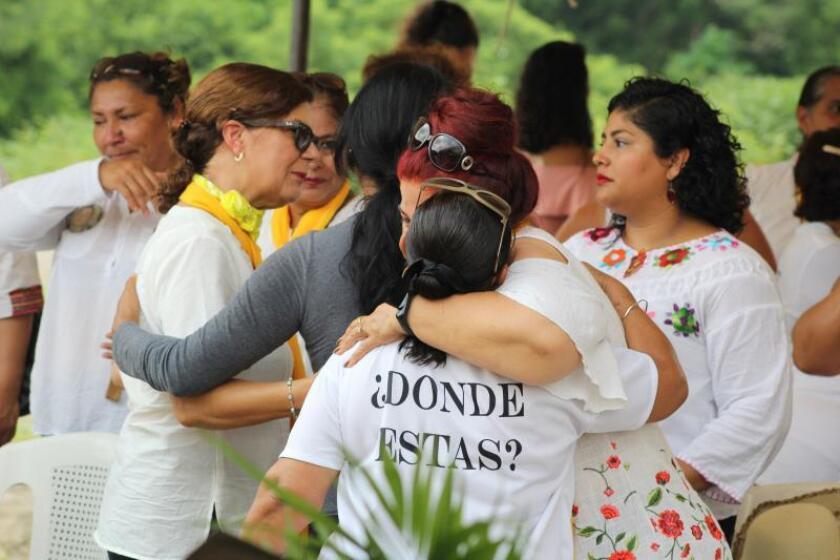 Las integrantes del Colectivo Solecito, una organización compuesta por madres de familia que en 2016 localizaron esta megafosa en el puerto de Veracruz, participan en una misa este jueves en Veracruz (México). EFE/ Victor Yañez