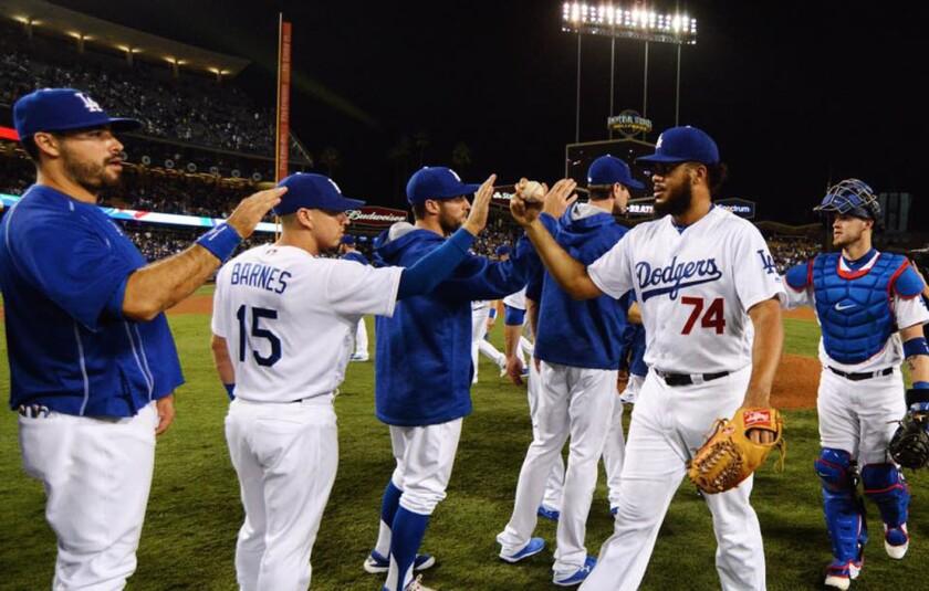 Los Dodgers celebran tras consumar su tercera victoria consecutiva.