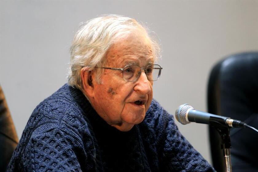 """El lingüista, filósofo y activista estadounidense Noam Chomsky acusó hoy al presidente de Estados Unidos, Donald Trump, de """"querer avanzar hacia la destrucción del medioambiente"""" con su negación del cambio climático, y culpó al sistema capitalista de agravar el calentamiento global. EFE/ARCHIVO"""