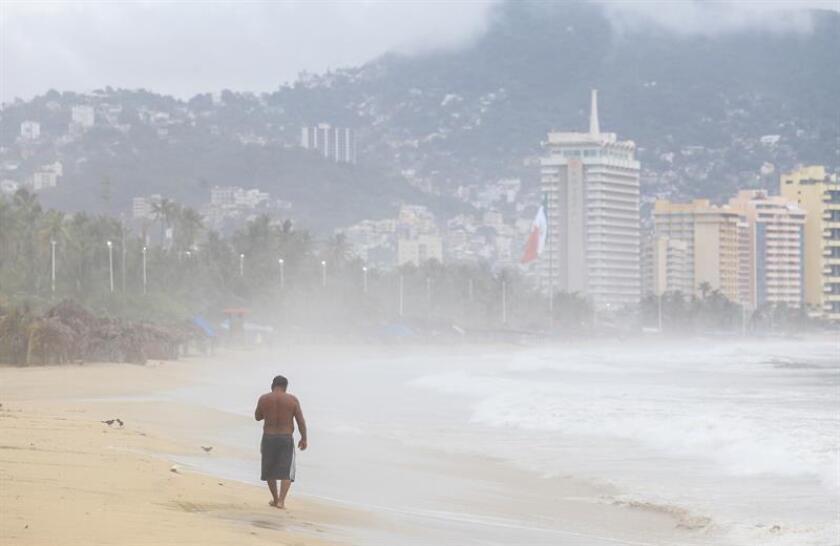 Vista general de la turbulencia en el mar del puerto de Acapulco, en el estado de Guerrero (México). EFE/Archivo