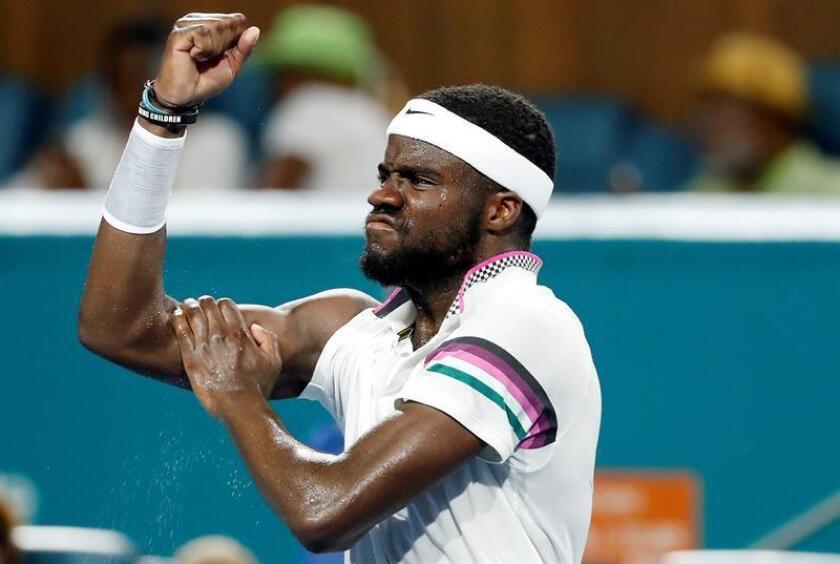 El tenista estadounidense Frances Tiafoe reacciona tras ganar un match point ante el español David Ferrer durante un partido del Abierto de Tenis de Miami disputado este lunes en Miami, Florida (EE.UU.). EFE