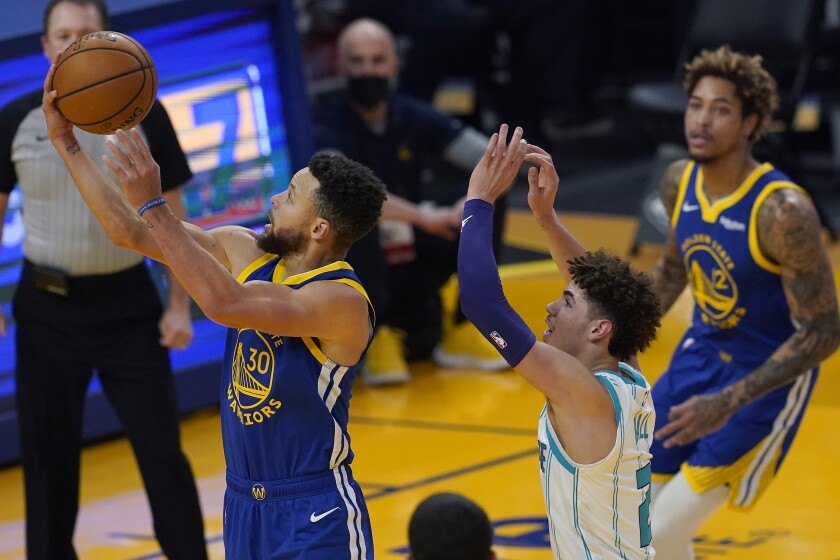 En foto del 26 de febrero del 2021, el base de los Warriors de Golden State Stephen Curry.