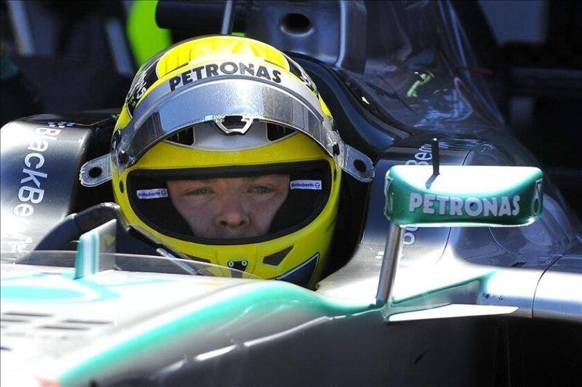 El piloto alemán de la escudería Mercedes AMG de Fórmula Uno, Nico Rosberg, permanece en su monoplaza durante la segunda sesión de entrenamientos libres. EFE