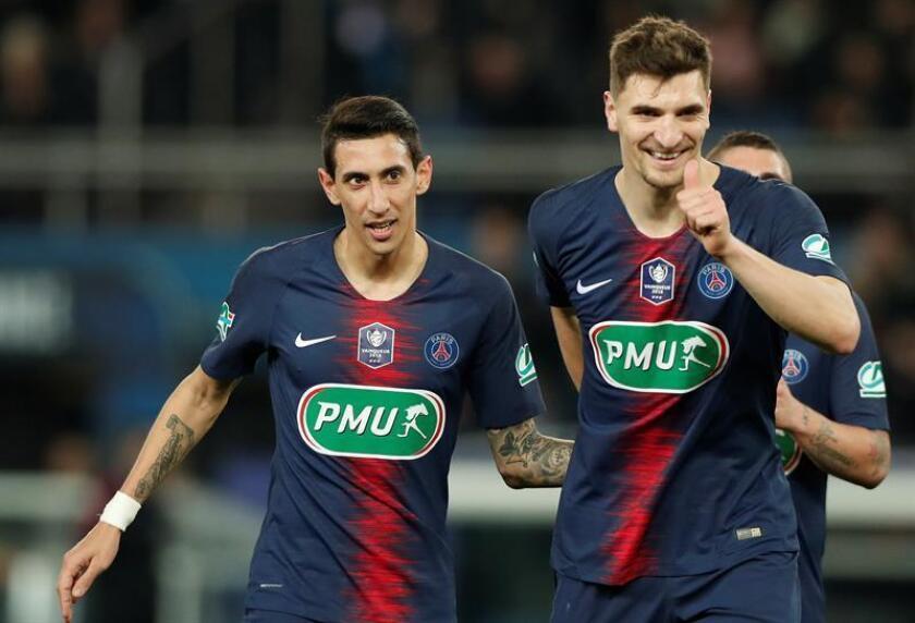 Angel Di Maria (i) del Paris Saint Germain y Thomas Meunier (d) del Paris Saint Germain celebran un gol durante un partido por los cuartos de final de la Copa de Francia entre el Paris Saint Germain y el Dijon FCO este martes, en París (Francia). EFE