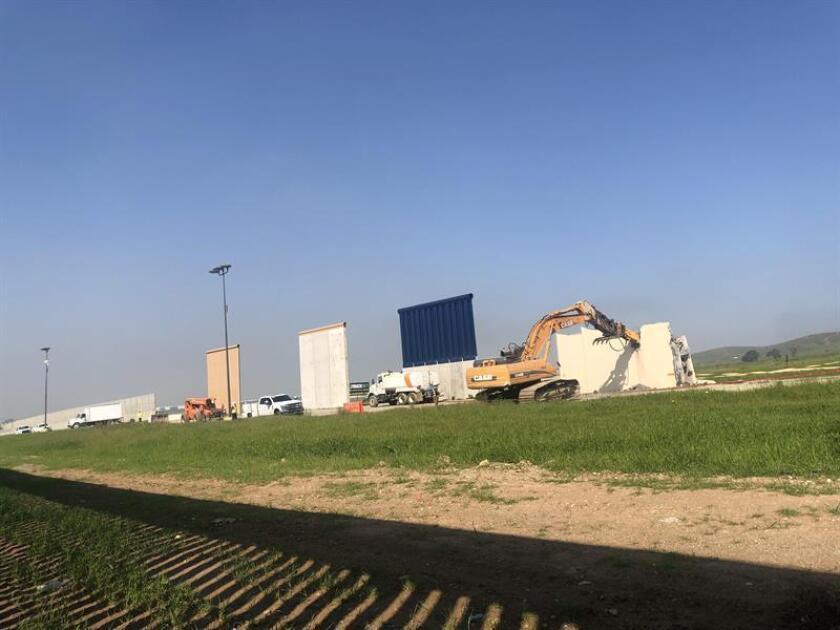 Unas máquinas en plena labor de demolición de uno de los ocho prototipos del muro fronterizo entre México y Estados Unidos vistas este miércoles desde Tijuana, México. EFE