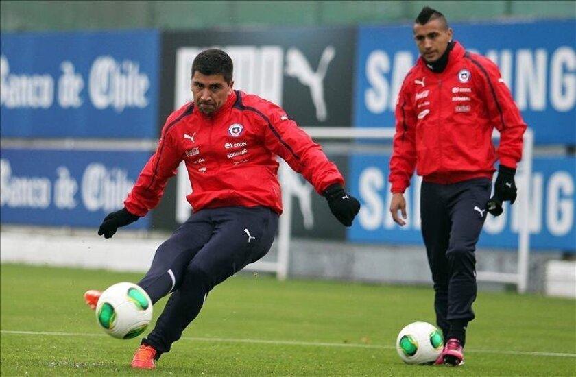 Los jugadores de la selección chilena David Pizarro (i) y Arturo Vidal (d) participan de una sesión de entrenamiento en el complejo deportivo Juan Pinto Durán, en Santiago de Chile. EFE/Archivo