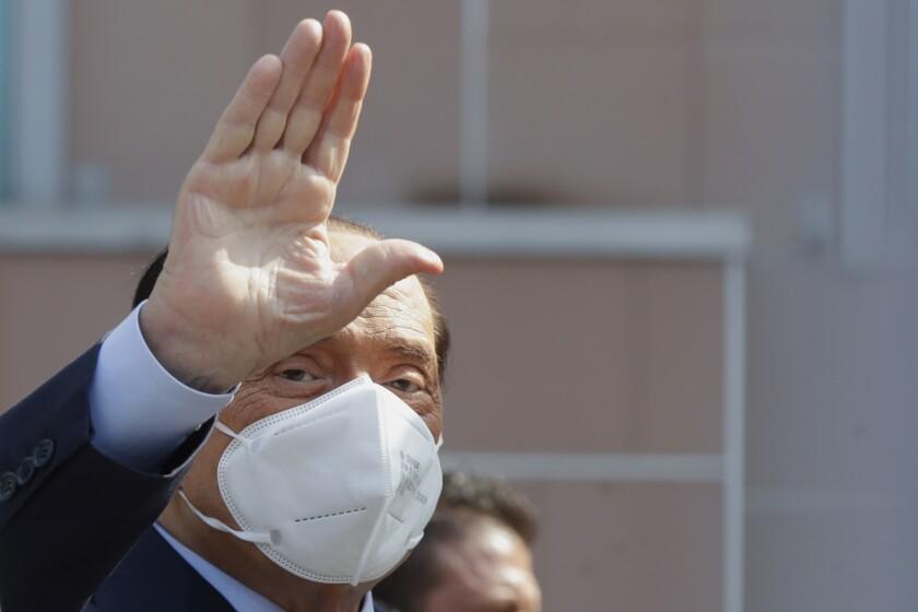 El exprimer ministro italiano Silvio Berlusconi al salir del hospital San Raffaele