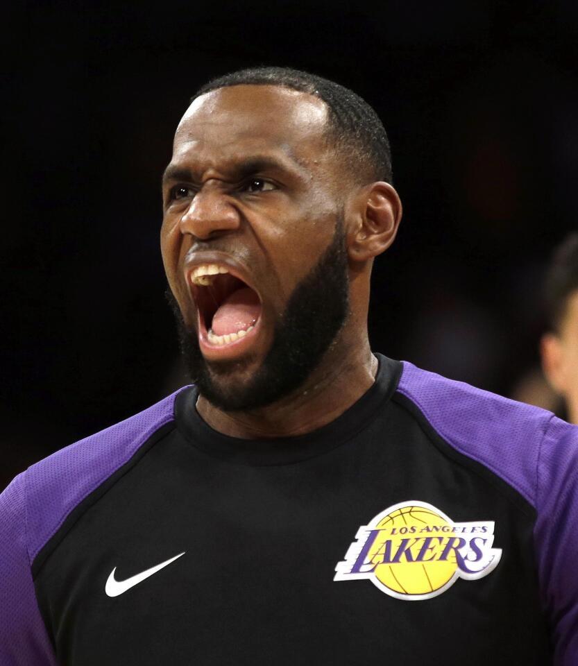 LeBron James de los Lakers reacciona durante el calentamiento hoy, martes 2 de octubre de 2018, durante un partido de baloncesto de la NBA, entre los Denver Nuggets y Los ?ngeles Lakers, en el Staples Center de Los ?ngeles (EE.UU.).