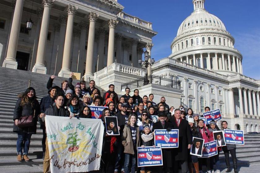 Miembros de la coalición Agenda Nacional de Liderazgo Hispano (NHLA), sostienen carteles durante una protesta a favor de los jóvenes beneficiados con el programa de Acción Diferida para los Llegados en la Infancia (DACA), el viernes 19 de enero de 2018, frente al Capitolio nacional en Washington, DC (EE.UU.). EFE/Archivo