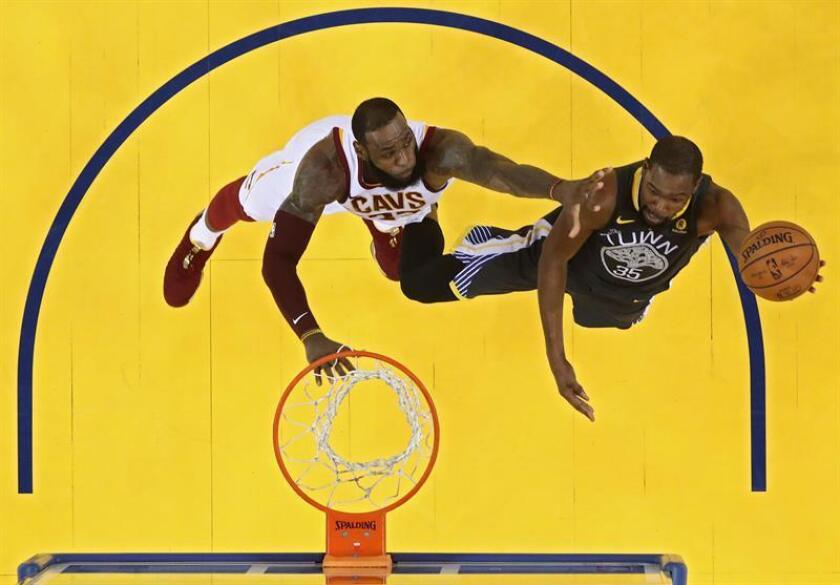 Golden State Warriors player Kevin Durant (R) goes to the basket against Cleveland Cavaliers player LeBron James (L) in the first half of game two of the NBA Finals at Oracle Arena in Oakland, California. EFE