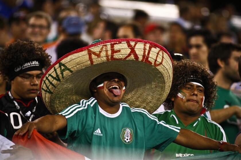 Aficionados de la selección de México. Rogelio Cerda, procurador federal del consumidor en México, indicó que no han recibido hasta hoy ninguna queja por irregularidades en la compra boletos para los partidos del Mundial de fútbol Rusia 2018 de parte de aficionados mexicanos. EFE/Archivo
