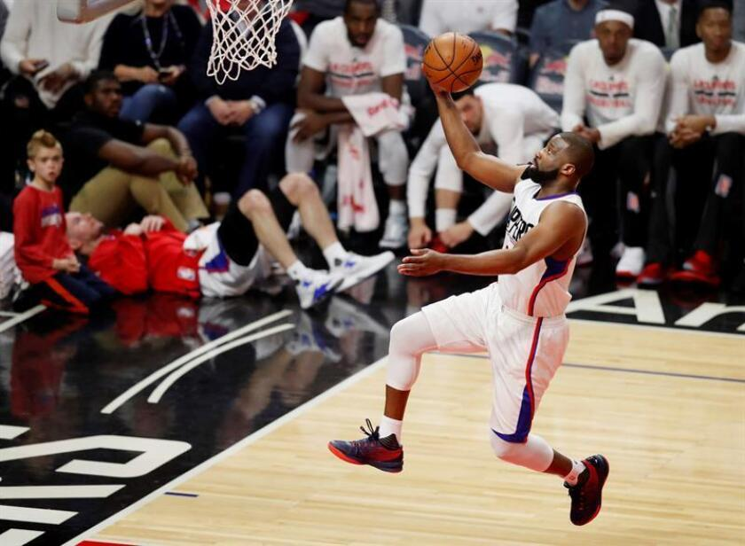 El jugador de los Clippers Raymond Felton salta para encestar ante los Grizzlies durante un partido de la NBA. EFE/Archivo