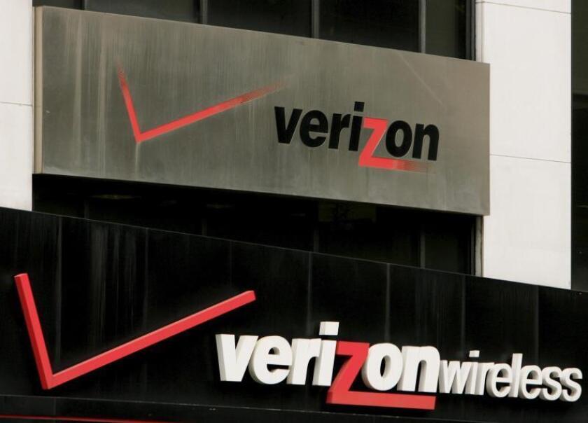 Dos avisos de Verizon se pueden ver en un edificio en Nueva York. EFE/Justin Lane/Archivo