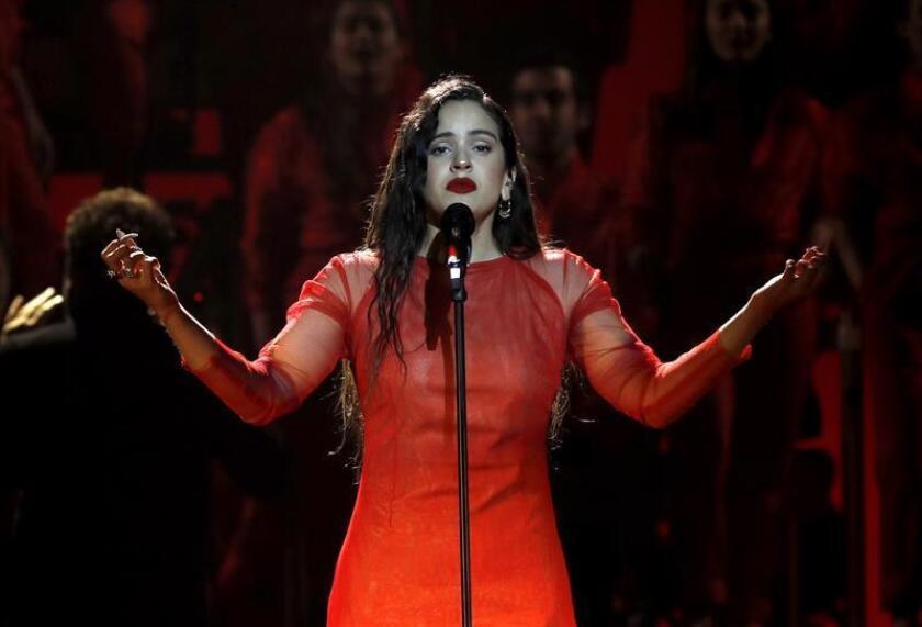 La cantante Rosalía durante su actuación en los Premios Goya 2019, gala que se celebró el 2 de febrero de 2019 en el Palacio de Exposiciones y Congresos de Sevilla. EFE/Archivo