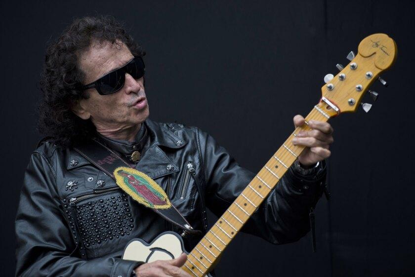 El vocalista y guitarrista Alex Lora ha grabado ya 5 discos y es una figura esencial del rock latinoamericano.