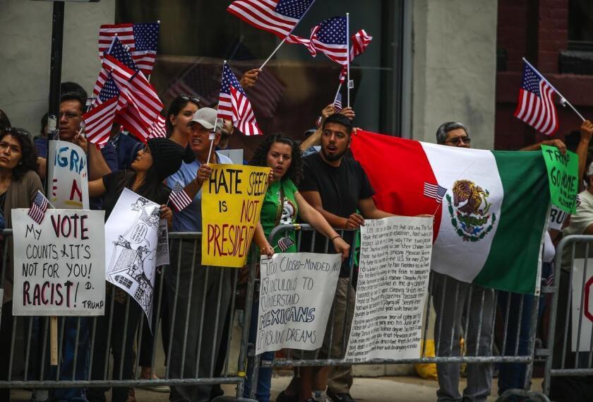 Un grupo de personas de origen mexicano protesta contra el presidente electo Donald Trump.
