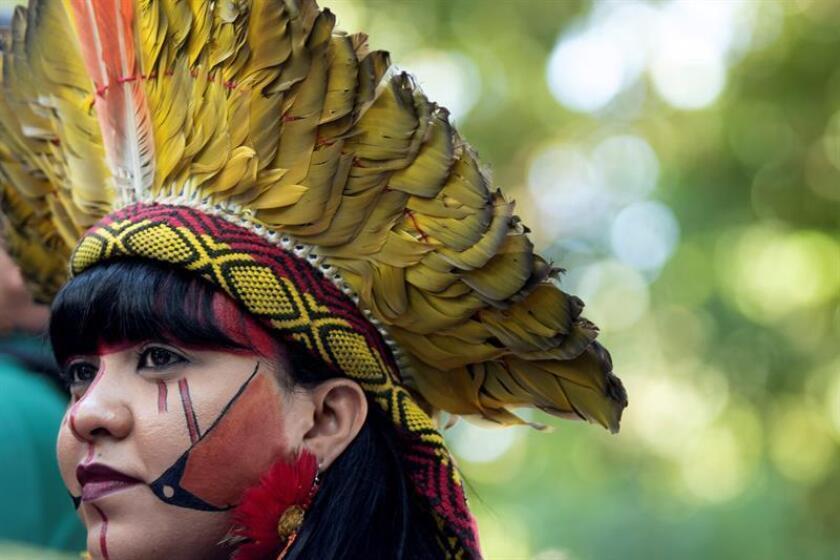 """Indígenas de varias etnias protestan pidiendo demarcación de tierras durante la clausura del """"Enero Rojo - Sangre Indígena"""" este jueves, frente al Ministerio de la Agricultura, en Brasilia (Brasil). EFE"""
