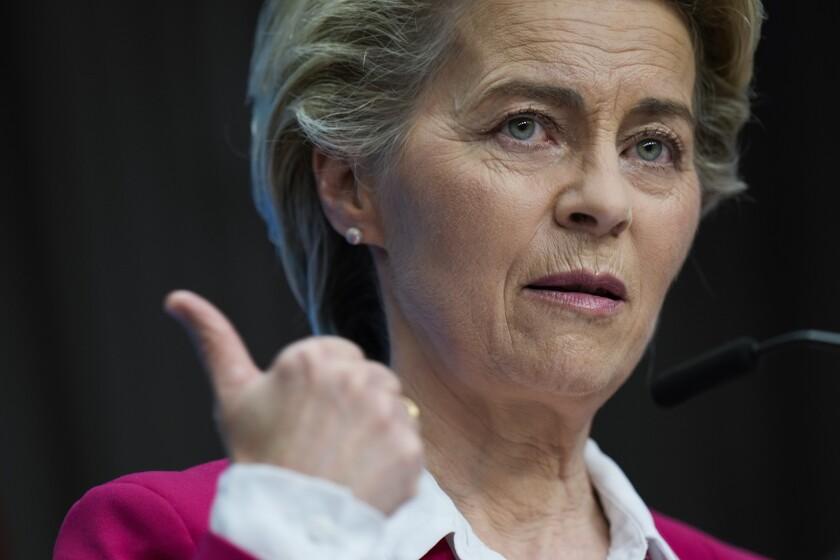 La presidenta de la Comisión Europea, Ursula von der Leyen, habla durante una conferencia de prensa tras una cumbre UE-Canadá en el edificio Europa de Bruselas, el martes 15 de junio de 2021. (AP Foto/Francisco Seco)