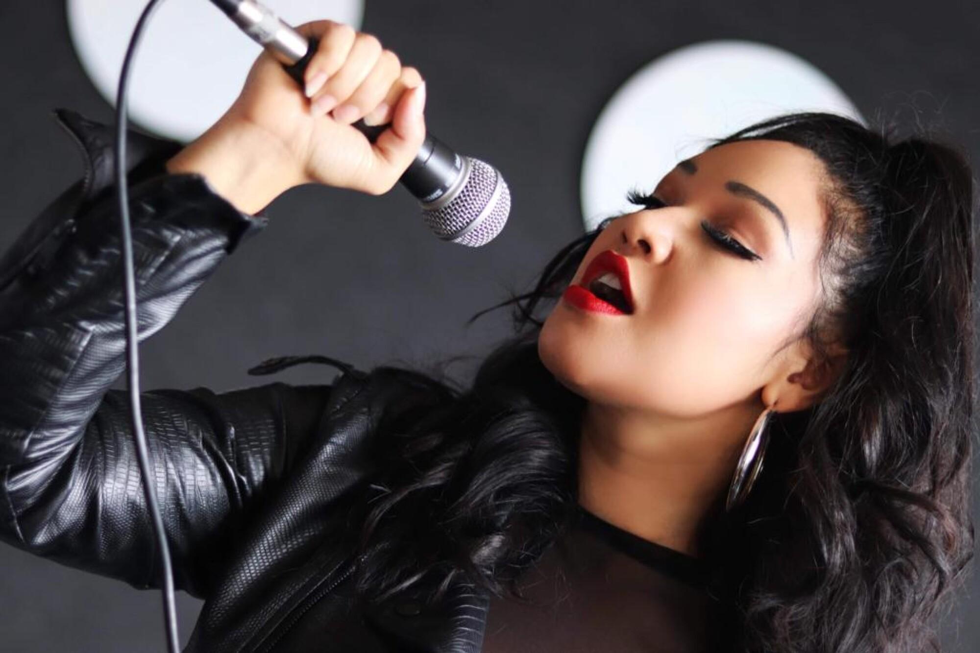 Tina Aldana, cantante tejana, líder vocal de The Como La Flor Band