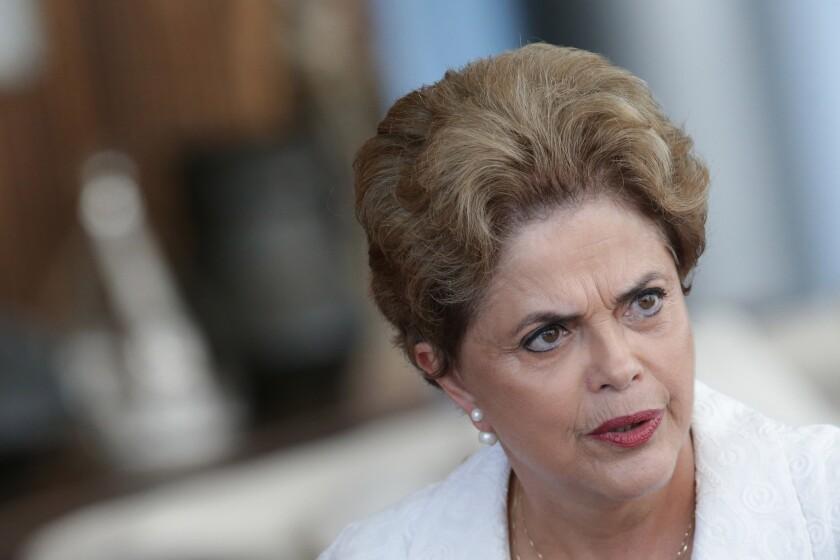 En esta fotografía de archivo, la suspendida presidenta de Brasil Dilma Rousseff habla durante una conferencia con la prensa internacional en la residencia presidencial Palacio Alvorada en Brasilia, Brasil. (AP Foto/Eraldo Peres, Archivo)