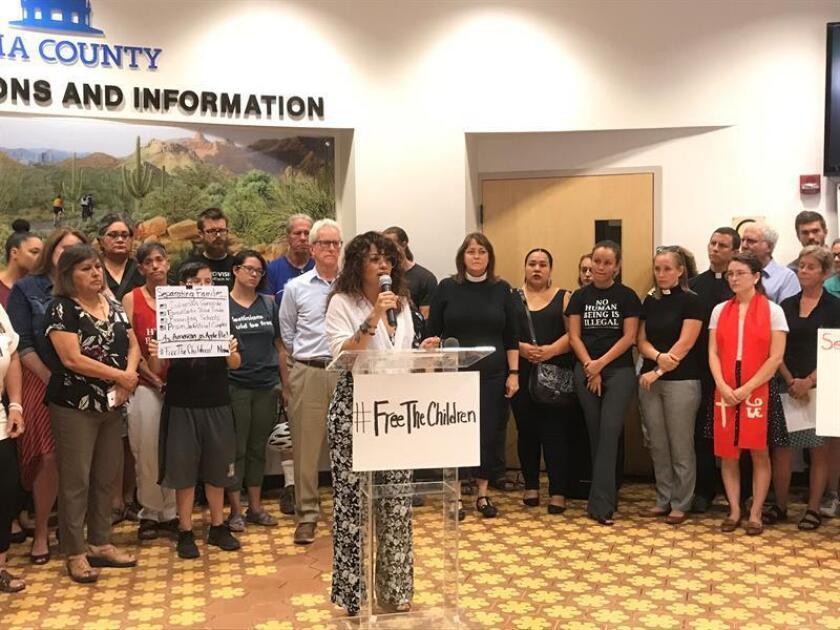La representante de la coalición Free The Children (Liberen a los Niños), Zaira Livier, habla durante una conferencia de prensa ofrecida en el edificio de los supervisores del Condado Pima hoy, martes 12 de junio de 2018, en Tucson, Arizona. EFE