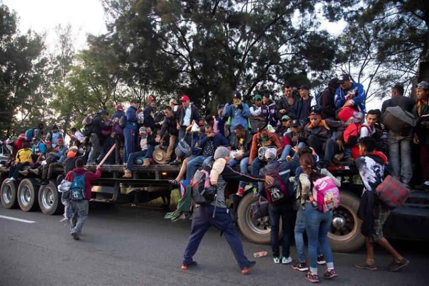 Migrantes centroamericanos se transportan en un camión hoy, domingo 11 de noviembre de 2018, en Guadalajara, estado de Jalisco (México). EFE
