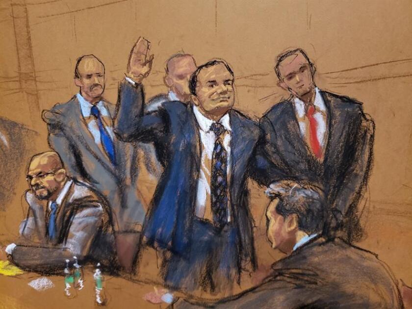 """Reproducción fotográfica de un dibujo realizado por la artista Jane Rosenberg donde aparece el narcotraficante mexicano Joaquín """"El Chapo"""" Guzmán (c) en el tribunal del Distrito Sur en Brooklyn, Nueva York (EE.UU.). EFE/Archivo"""