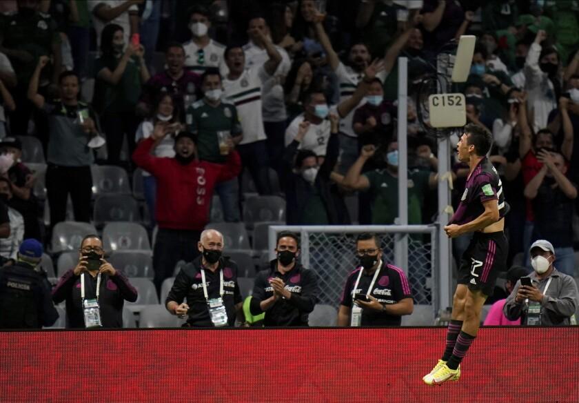 Hirving Lozano celebra tras anotar el tercer gol de México en la victoria 3-0 ante Honduras