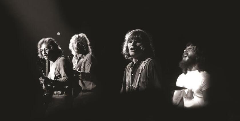 Fotografía sin fechar cedida este jueves por Craft Recordings donde aparecen los músicos Stu Cook (i), Tom Fogerty (2-i), John Fogerty (2-d) y Doug Clifford (d), miembros de la banda de rock estadounidense Creedence Clearwater Revival durante su actuación en el festival de Woodstock, Estados Unidos, en 1969. EFE/ Henry Diltz SÓLO USO EDITORIAL