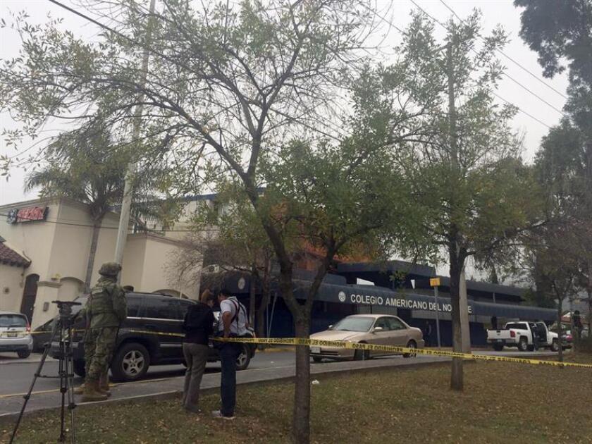 Vista general del Colegio Americano en la ciudad de Monterrey (México) hoy, miércoles 18 de enero de 2017, que permanece con un cordón de seguridad tras el ataque de un alumno de secundaria, quien atacó a mano armada el centro educativo al que asiste dejando cinco heridos, tres de los cuales se encuentran en estado muy grave. EFE/STR