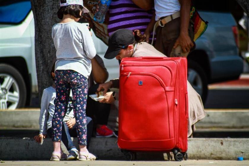 Familias migrantes esperan poder ingresar a Estados Unidos luego de su arribo a Tijuana, estado de Baja California (México). EFE