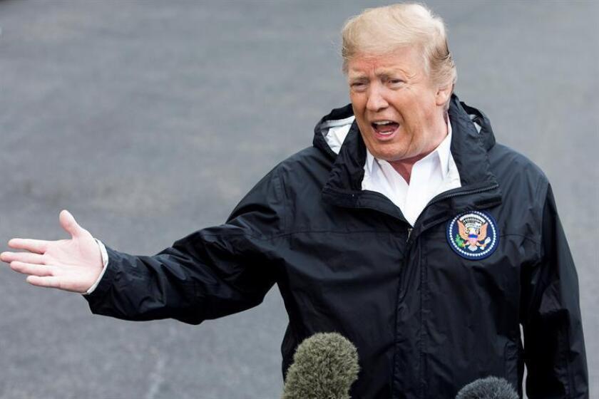 El presidente de los Estados Unidos, Donald J. Trump, habla con los medios de comunicación antes de salir de viaje, en la Casa Blanca, este viernes en Washington, Estados Unidos. EFE