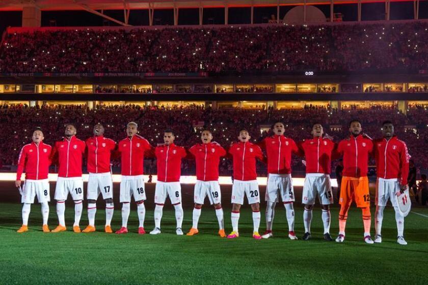Jugadores de Perú cantan el himno nacional antes de enfrentar a Croacia el 23 de marzo de 2018, en un partido amistoso en el estadio Hard Rock de Miami, Florida (EE.UU.). EFE