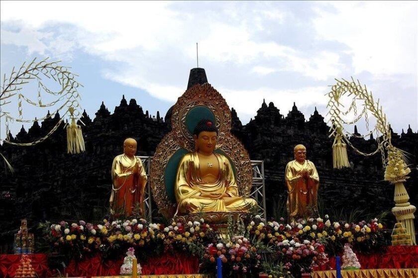 Unos 10.000 budistas se han congregado en el milenario templo indonesio de Borobudur para celebrar el Vesak, una colorista festividad que conmemora el nacimiento, iluminación y muerte de Buda. EFE