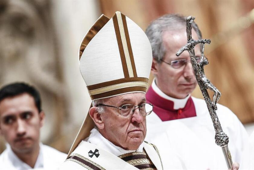 El Papa Francisco (centro) preside una misa. EFE
